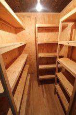 畳2枚ほどのスペースに収納棚を作りました。